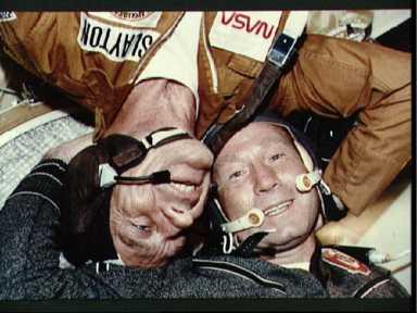 Алексей Леонов и Дик Слейтон (вверх ногами) на орбите
