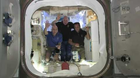 Астронавты на пресс-конференции после открытия переходных люков